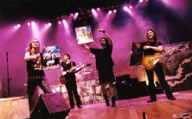 Angra recebe o disco de ouro. Foto cedida pela Rock Brigade
